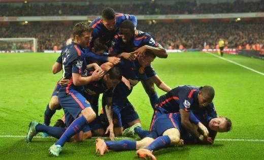 Các cầu thủ Man Utd vui mừng với bàn thắng của Rooney ở cuối trận. Ảnh: AFP.