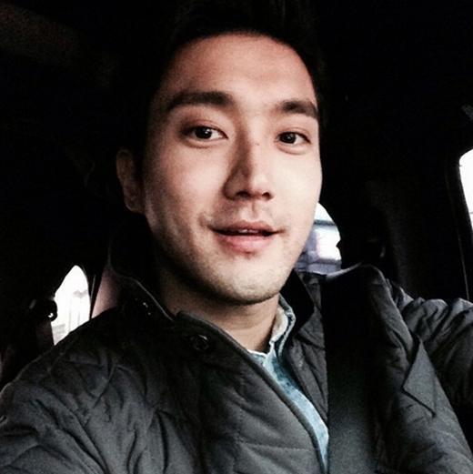 Mặc dù đang kẹt xe, nhưng Siwon vẫn vui vẻ khoe hình tự sướng để tặng fan và cập nhật tình hình hiện tại