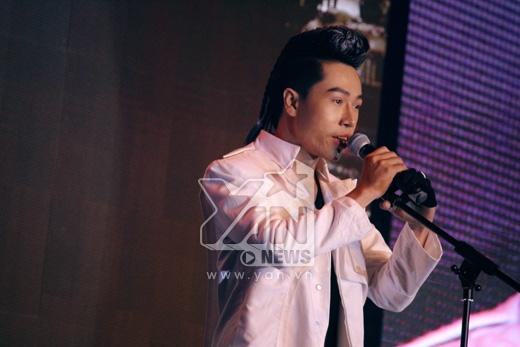 Mở đầu đêm nhạc là phần trình diễn của ca sĩ Nguyễn Đình Thanh Tâm