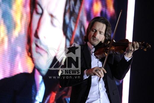 Nghệ sĩ Violin Edvin Marton, người đã giành huy chương vàng Violin thế giới và đi lưu diễn khắp các nước. Anh trình diễn 4 ca khúc cùng với cây đàn violin cổ ra đời năm 1699, trị giá 7 triệu đô la Mỹ
