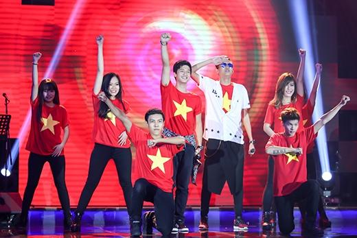 Huỳnh Anh mang sắc cờ đỏ sao vàng lên sân khấu. - Tin sao Viet - Tin tuc sao Viet - Scandal sao Viet - Tin tuc cua Sao - Tin cua Sao