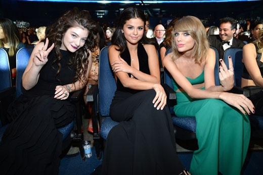 Lorde, Selena và Taylor dính chặt với nhau ở hàng ghế khán giả