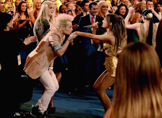 Ariana và Frankie đã có một khoảnh khắc rất dễ thương trong màn trình diễn Bang Bang của cô nàng. Khoảnh khắc này đã không thực sự được chiếu trên truyền hình