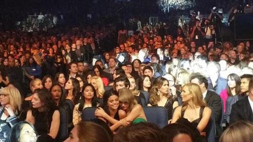 Cô nàng cũng đã ôm chầm ngay lấy bạn mình khi Selena vừa kết thúc màn trình diễn