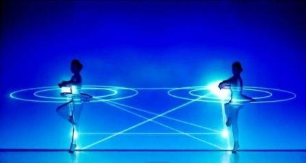 hai vũ công Saya Watatani và Maki Yokoyama