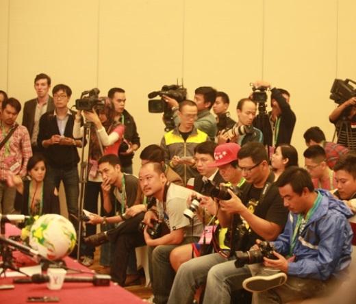 Đông đảo nhất tất nhiên vẫn là các phóng viên của nước chủ nhà Việt Nam