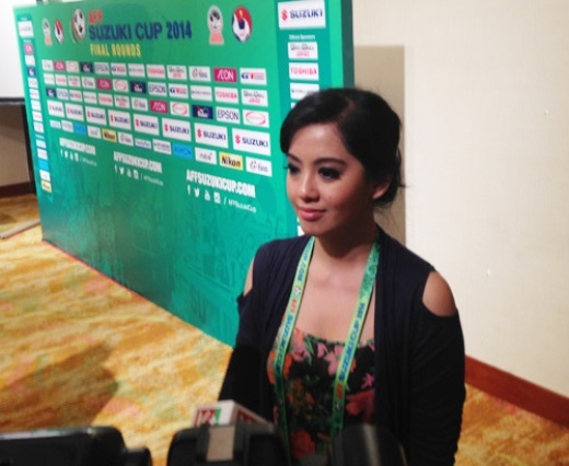 Nữ phóng viên xinh đẹp xuất hiện trong cuộc họp báo trước vòng bảng AFF Suzuki Cup đã thu hút sự chú ý của nhiều phóng viên Việt Nam