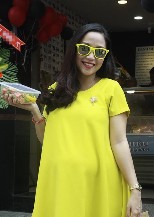 Nữ MC nổi bật với bộ váy màu vàng đi kèm kính vàng - Tin sao Viet - Tin tuc sao Viet - Scandal sao Viet - Tin tuc cua Sao - Tin cua Sao