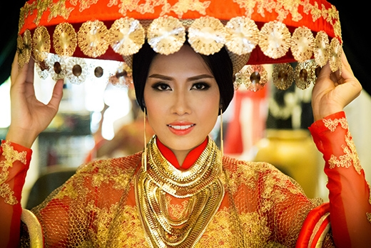 Vành nón được kết nối với nhau họa tiết bằng đồng lấy cảm hứng từ nón của thiếu nữ dân tộc Dao Đỏ - Tin sao Viet - Tin tuc sao Viet - Scandal sao Viet - Tin tuc cua Sao - Tin cua Sao