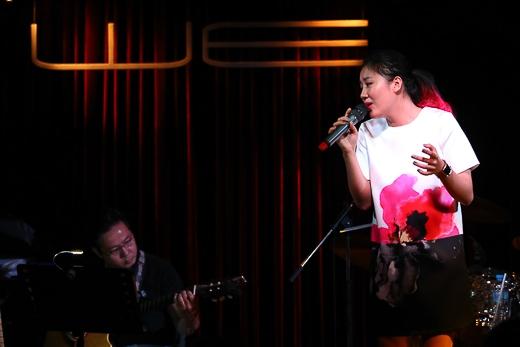 """Song song phần kết hợp, Văn Mai Hương còn gửi tặng khán giả ca khúc """"Em tôi"""" và Uyên Linh khoe giọng hát đầy nội lực khi cover lại một bài """"hit"""" nước ngoài. - Tin sao Viet - Tin tuc sao Viet - Scandal sao Viet - Tin tuc cua Sao - Tin cua Sao"""