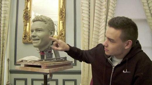 Liam may mắn được thấy quá trình làm ra tượng sáp của mình nhưng vẫn không khỏi tò mò