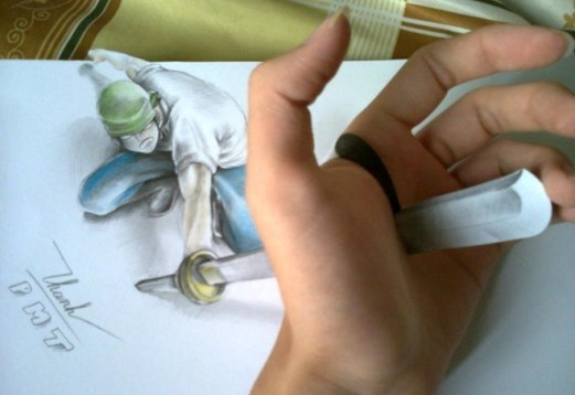 Phạm Mạnh Thành, sinh 1997, đang học lớp 12 trường THPT Thái Phiên, Đà Nẵng. 9X được cộng đồng mạng Việt và các diễn đàn về vẽ biết đến qua các bức vẽ 3D ấn tượng, đánh lừa thị giác người xem. Bức vẽ thanh kim loại xuyên bàn tay của Thành nhận được nhiều phản hồi tích cực của cộng đồng.
