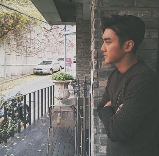 Siwon làm mặt nghiêm trọng và khoe trên trang cá nhân: Lạnh quá đi, chuẩn bị vào mùa đông rồi.