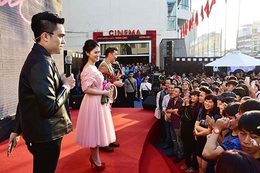 Trước đó, đoàn làm phim Hiệp sĩ mù có buổi giao lưu với người hâm mộ vào buổi chiều cùng ngày - Tin sao Viet - Tin tuc sao Viet - Scandal sao Viet - Tin tuc cua Sao - Tin cua Sao