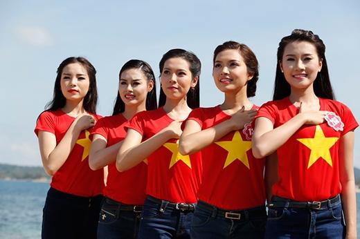 Các thí sinh mặc đồng phục áo cờ đỏ sao vàng. - Tin sao Viet - Tin tuc sao Viet - Scandal sao Viet - Tin tuc cua Sao - Tin cua Sao