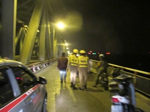Tổ công tác Y6/141 đã giải cứu cô gái có ý định nhảy cầu Chương Dương tự tử rạng sáng 23/11.