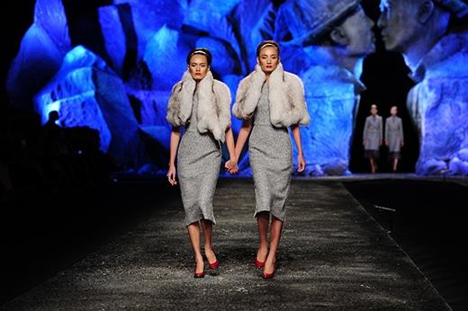 Lê Thúy và Thanh Thảo xuất hiện mở màn phần với những mẫu thiết kế Thu Đông mang hai tông màu chủ đạo là xám và hồng.