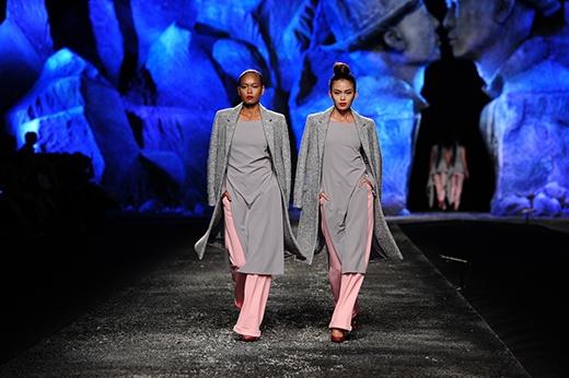 Lâm Thu Hằng (trái) và Mâu Thủy cùng mặc đồ đôi