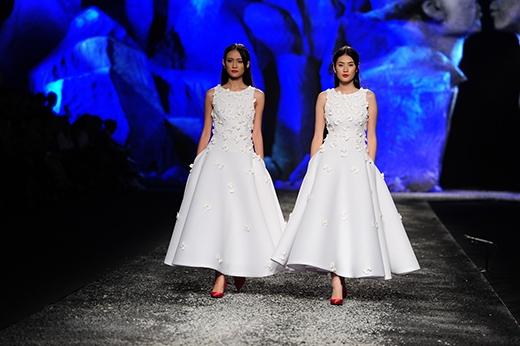 Trương Mỹ Nhân (trái) sải bước cùng bản sao Phan Hà Phương (phải)