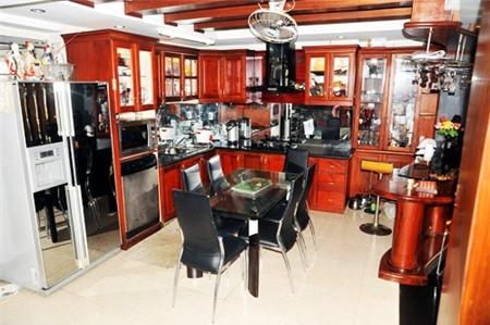 Tầng 1 là không gian liên thông phòng khách - phòng bếp - phòng ăn với đồ nội thất gỗ ấm cúng. - Tin sao Viet - Tin tuc sao Viet - Scandal sao Viet - Tin tuc cua Sao - Tin cua Sao