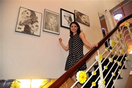 Trong nhà nữ ca sĩ treo rất nhiều tranh ảnh đủ các thể loại - Tin sao Viet - Tin tuc sao Viet - Scandal sao Viet - Tin tuc cua Sao - Tin cua Sao