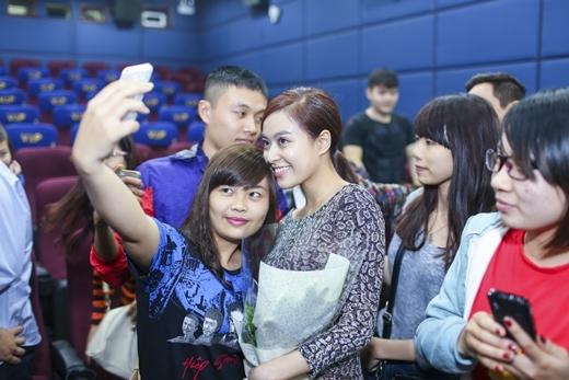 Bắt gặp Hoàng Thùy Linh và Harry Lu đi xem phim cùng fan - Tin sao Viet - Tin tuc sao Viet - Scandal sao Viet - Tin tuc cua Sao - Tin cua Sao