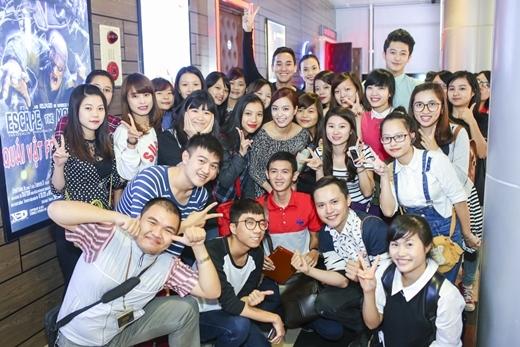 Các diễn viên vui vẻ chụp hình lưu niệm cùng fan sau khi kết thúc buổi chiếu - Tin sao Viet - Tin tuc sao Viet - Scandal sao Viet - Tin tuc cua Sao - Tin cua Sao