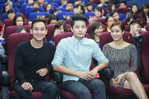 Hứa Vĩ Văn, Harry Lu và Hoàng Thùy Linh đi xem phim cùng fan - Tin sao Viet - Tin tuc sao Viet - Scandal sao Viet - Tin tuc cua Sao - Tin cua Sao