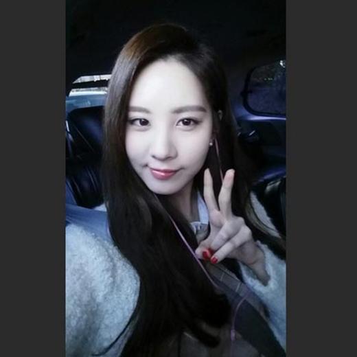 Seohyun hào hứng khoe hình trên Instagram vào sáng sớm và chia sẻ: Chúc các bạn một ngày vui vẻ. Tôi đang tìm cái gì ấy nhỉ?.