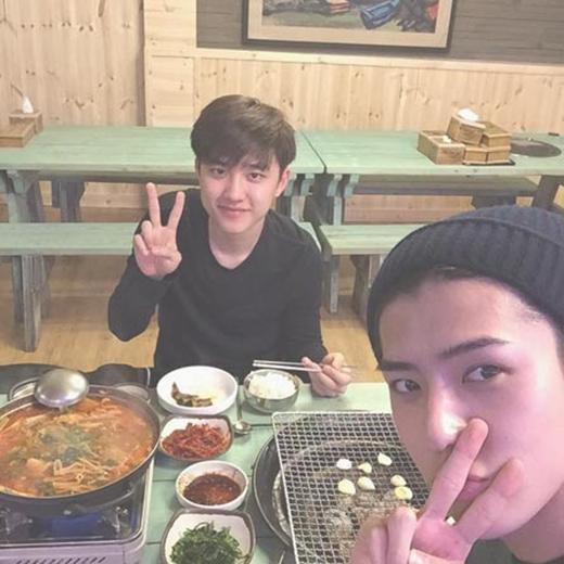 Sehun 'rủ rê' D.O đi ăn thịt nướng và cả hai cùng chụp tấm hình để chiêu đãi fan.