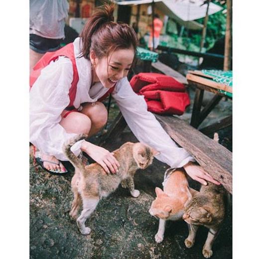 Dara bận rộn với tình yêu dành cho những chú mèo, cô đã đăng ảnh lên trang cá nhân và chia sẻ: Tôi đã gặp mấy em mèo này ở Pagsanjan Falls. Tôi nghe nói chúng thậm chí còn bơi vào buổi sáng. Chúng rất đáng yêu và tất cả đã đến gần tôi.