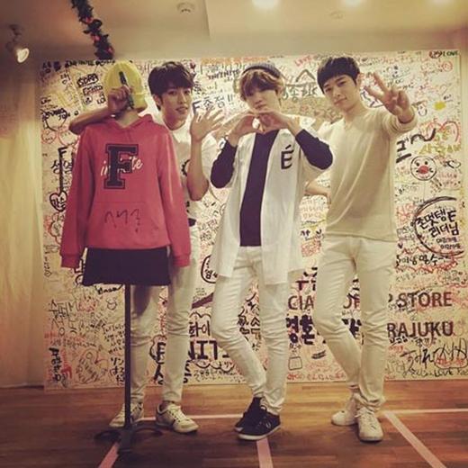 Ba chàng trai Infinite - Sungyeol, L và Sungjong nhí nhảnh tạo dáng cùng nhau.
