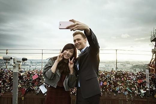 Bên cạnh đó, cô nàng còn có dịp gặp gỡTom Hiddleston