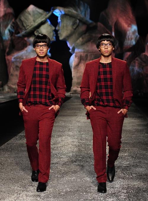 Cũng trong show diễn, NTK Đỗ Mạnh Cường còn giới thiệu những thiết kế dành cho các cặp song sinh nam rất sành điệu, độc đáo