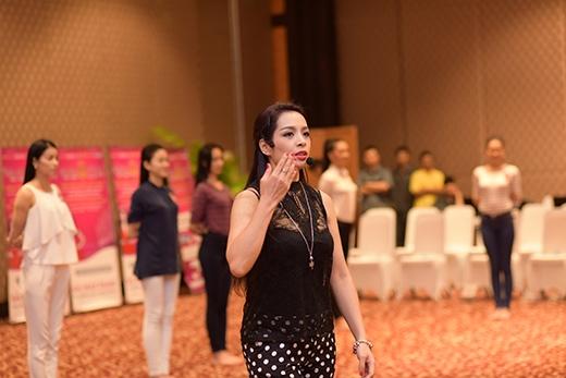 Thí sinh Hoa hậu Việt Nam toát mồ hôi luyện tập catwalk