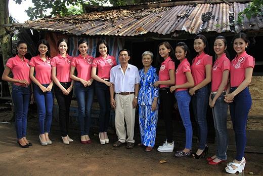 Một nhóm khác đã đến tặng quà gia đình ông Nguyễn Gia Hải, 70 tuổi, thương binh hạng 3/4 sống tại xã Gành Dầu, huyện Phú Quốc.