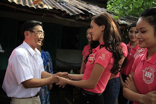 """Trước khi chia tay, thí sinh Nguyễn Thị Bảo Như nắm chặt tay ông Hải, chia sẻ: """"Chúng cháu luôn biết ơn những hy sinh, mất mát của bác và thế hệ cha, anh đã dũng cảm, kiên cường đấu tranh, mang lại cuộc sống bình yên như hôm nay""""."""