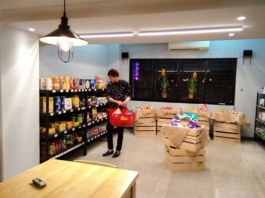 Gác lại công việc bộn bề, Trịnh Thăng Bình mải mê chọn đồ ăn trong siêu thị để về nhà xem phim xả stress.