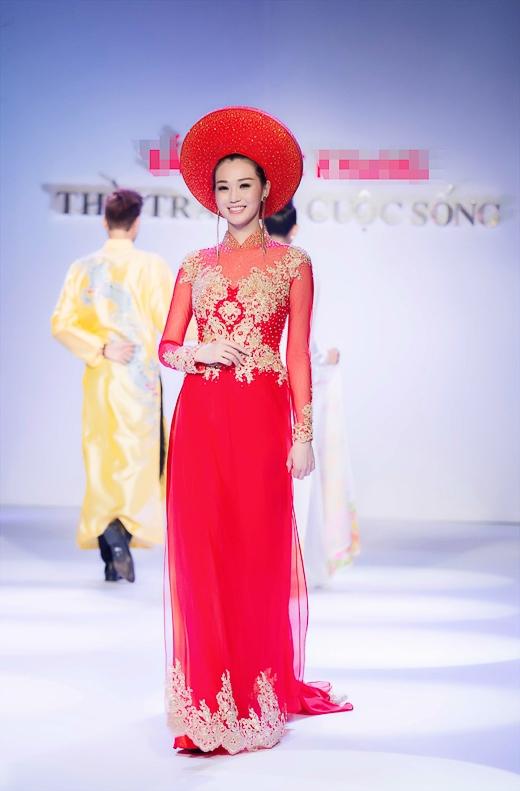 Ngoài ra Khánh My còn tham gia trình diễn thêm trang phục áo dài cũng với sắc đỏ tươi tắn và nổi bật