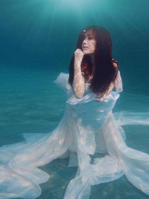 Bích Phương ngụp lặn dưới nước để thực hiện bộ hình tặng kèm mini album vừa ra mắt - Tin sao Viet - Tin tuc sao Viet - Scandal sao Viet - Tin tuc cua Sao - Tin cua Sao