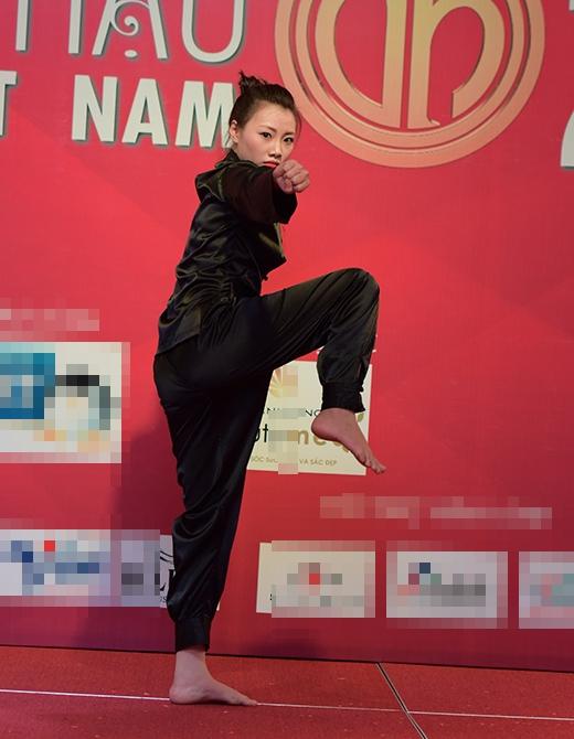 Người đẹp khác cũng trổ tài biểu diễn võ thuật linh hoạt không kém
