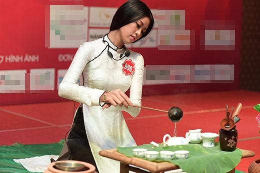 Khánh My mang đến tiết mục nghệ thuật pha trà