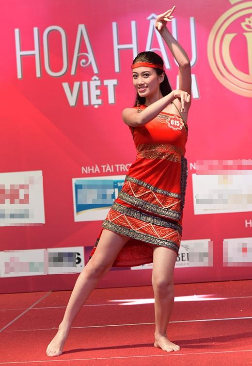 Huỳnh Ý Nhi trong bài múa Tây Nguyên