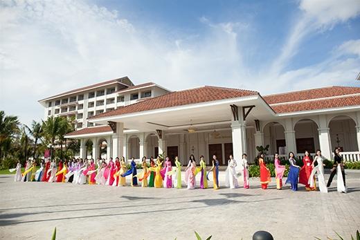 38 thí sinh Hoa hậu khoác lên mình tà áo dài truyền thống nhiều màu sắc