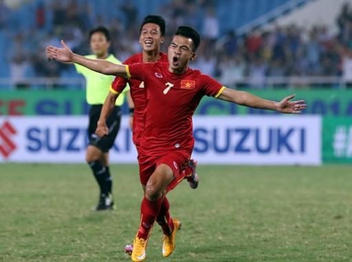 Hoàng Thịnh ăn mừng bàn thắng mở tỷ số cho tuyển Việt Nam - Ảnh: Khả Hòa