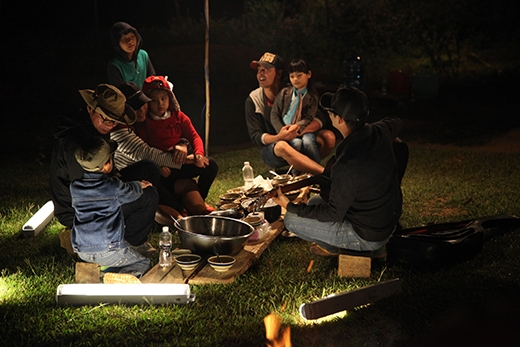 Phan Anh, Hoàng Bách, Minh Khang chật vật nấu cơm bằng bếp củi - Tin sao Viet - Tin tuc sao Viet - Scandal sao Viet - Tin tuc cua Sao - Tin cua Sao