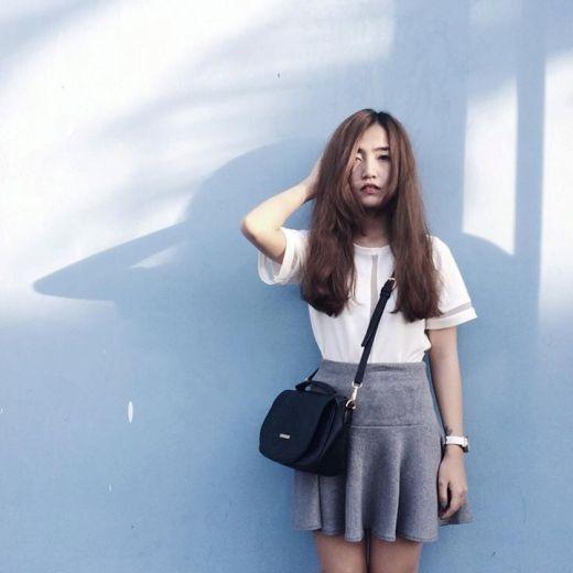 Cô nàng Pâu Pâu xuống phố cực chất cùng set trang phục với gam màu lạnh, đơn giản; kết hợp với tóc dài xõa cô nàng trông càng cá tính và cuốn hút hơn với người đối diện