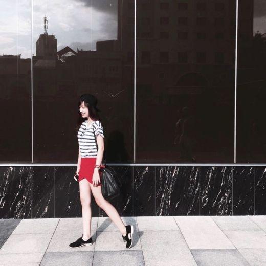 Cô bạn Poxie Vo nổi bật trên đường phố nhờ sự trẻ trung, năng động với với áo thun hoạ tiết kẻ sọc thời thượng