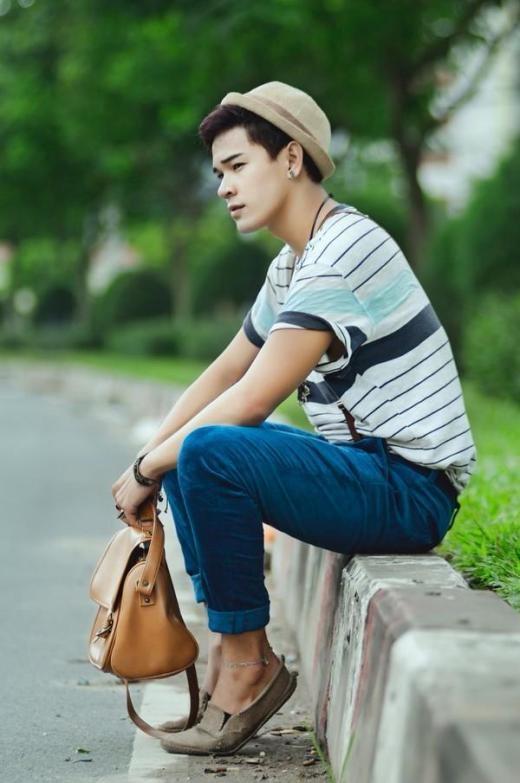 Anh chàng Galang Lee năng động với trang phục đơn giản với màu xanh cobalt làm điểm nhấn