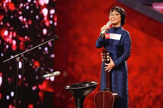 """Ở vòng loại sân khấu, cô Huỳnh Mai và con gái Mai Anh của mình đã phối bè và biểu diễn ca khúc """"Trường làng tôi"""" ngọt ngào, da diết."""